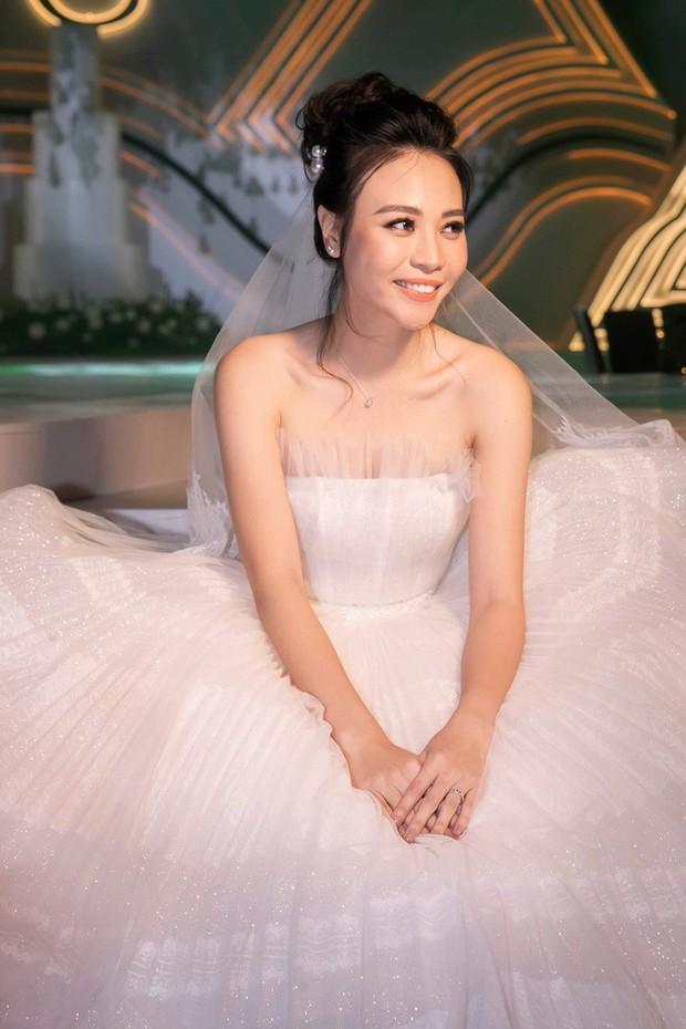 Váy cưới chính thức chưa tiết lộ, chỉ riêng váy đón khách của Đàm Thu Trang cũng khiến dân tình ngất ngây - Ảnh 3.