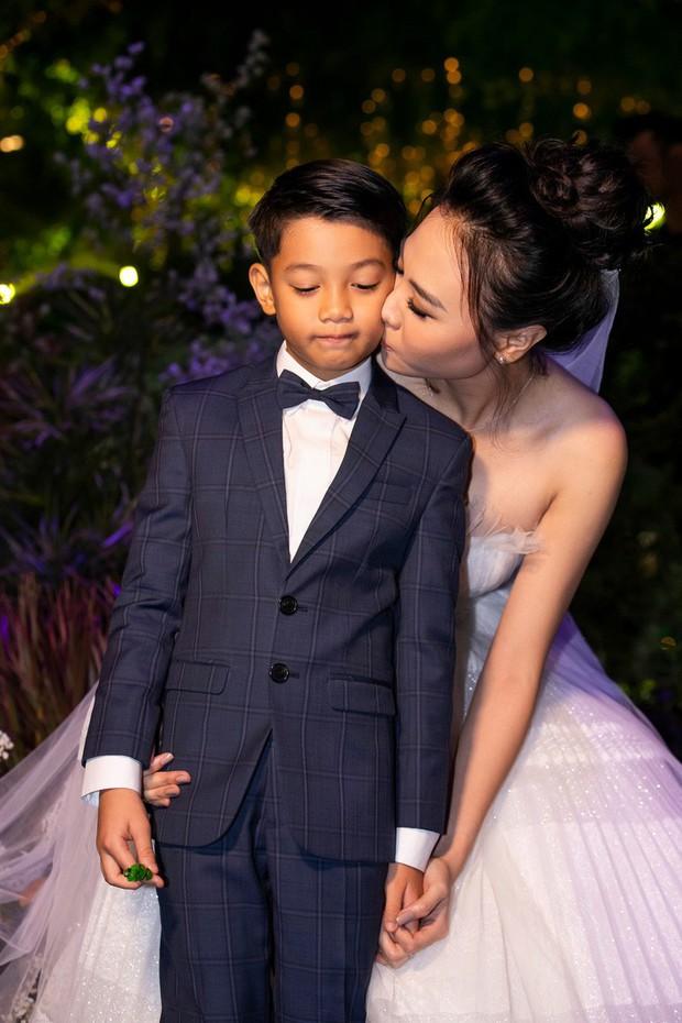 Đàm Thu Trang nắm chặt tay, hôn má Subeo cực tình cảm trong đám cưới với Cường Đô La - Ảnh 3.