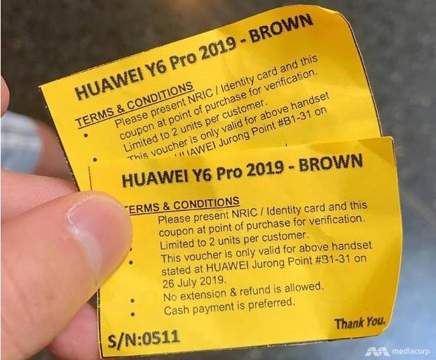 Háo hức xếp hàng dài chờ mua điện thoại Huawei giá rẻ, người dân Singapore giận dữ ra về tay trắng - Ảnh 4.