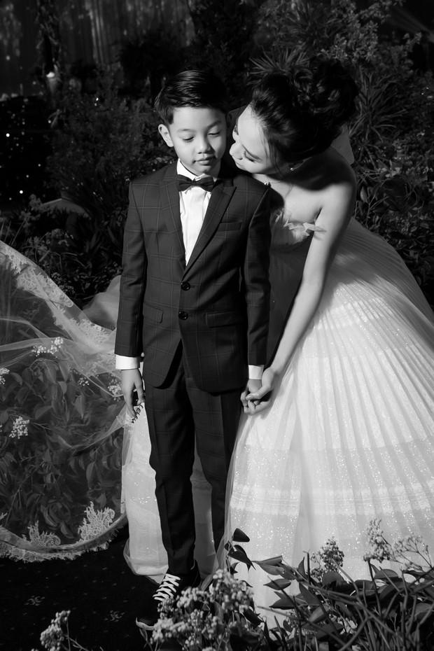 Đàm Thu Trang nắm chặt tay, hôn má Subeo cực tình cảm trong đám cưới với Cường Đô La - Ảnh 4.