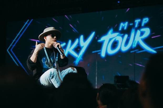 Sướng như Sky tham dự Sky Tour ở TP.HCM: Được bắt tay, ôm và đích thân Sơn Tùng tặng quà khủng - Ảnh 8.