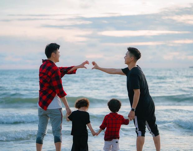 Chụp ảnh gia đình hạnh phúc với vợ mãi cũng chán, Ba Duy và Tùng Sơn quay sang ghép cặp nên đôi với nhau - Ảnh 1.