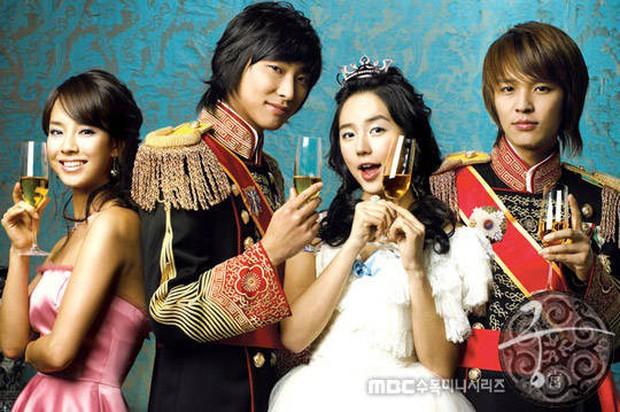 Dàn diễn viên Hoàng cung sau 13 năm: 2 nam chính dính bê bối chất cấm, lừa bạn gái, Song Ji Hyo lấn át cả nữ chính - Ảnh 1.
