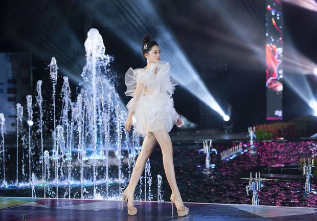 Đỗ Mỹ Linh chị ngả em nâng cùng Phương Nga, hóa thân thành Nữ thần biển cả trên sân khấu Miss World Vietnam - Ảnh 3.