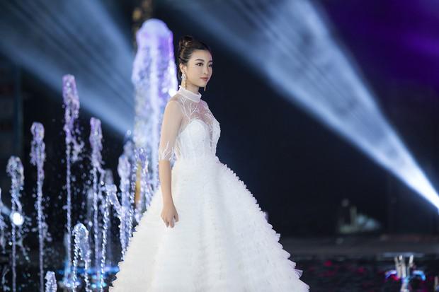 Đỗ Mỹ Linh chị ngả em nâng cùng Phương Nga, hóa thân thành Nữ thần biển cả trên sân khấu Miss World Vietnam - Ảnh 1.