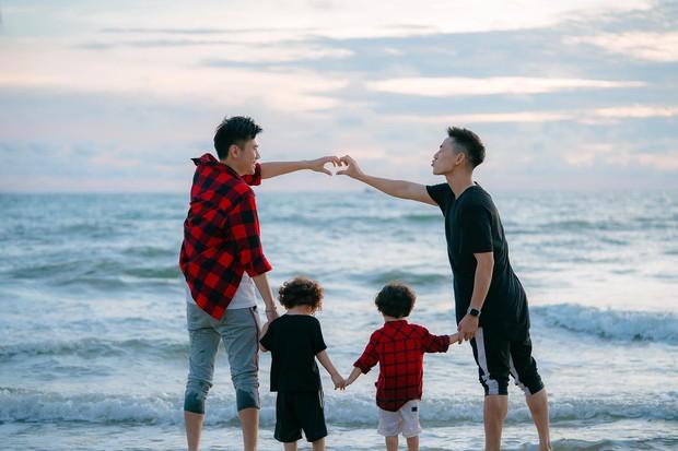Chụp ảnh gia đình hạnh phúc với vợ mãi cũng chán, Ba Duy và Tùng Sơn quay sang ghép cặp nên đôi với nhau - Ảnh 2.