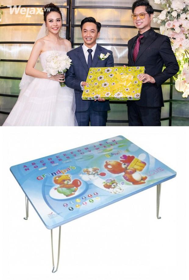 Đố bạn biết, món quà bọc giấy hoa vàng mà Ngọc Sơn tặng cho Cường Đô La và Đàm Thu Trang là gì? - Ảnh 2.