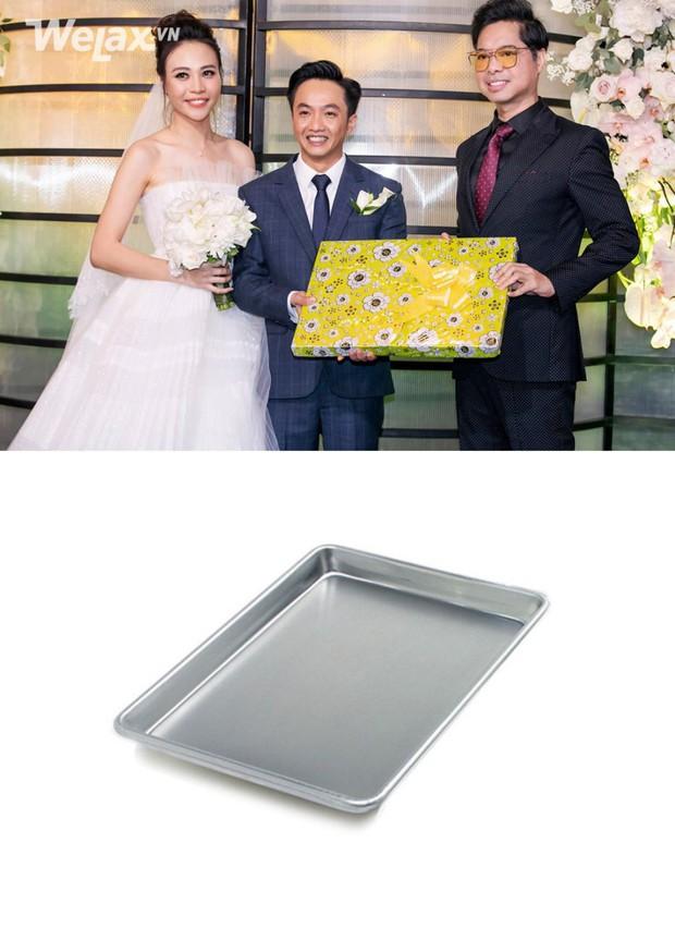 Đố bạn biết, món quà bọc giấy hoa vàng mà Ngọc Sơn tặng cho Cường Đô La và Đàm Thu Trang là gì? - Ảnh 3.