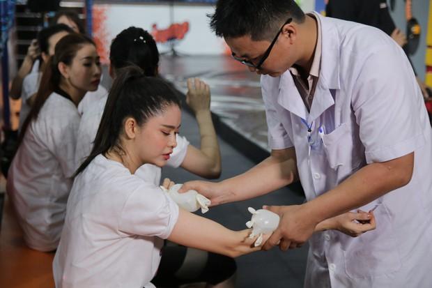 Mỹ nhân hành động: Trương Quỳnh Anh bật cười lớn khi thấy Tim, nhăn mặt đau đớn khi liên tục gặp sự cố - Ảnh 8.