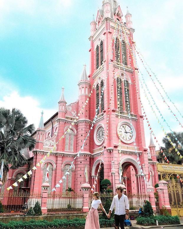Nhà thờ màu hồng này sắp soán ngôi phố đi bộ và chung cư cà phê để trở thành địa điểm được chụp ảnh nhiều nhất ở Sài Gòn đấy! - Ảnh 2.
