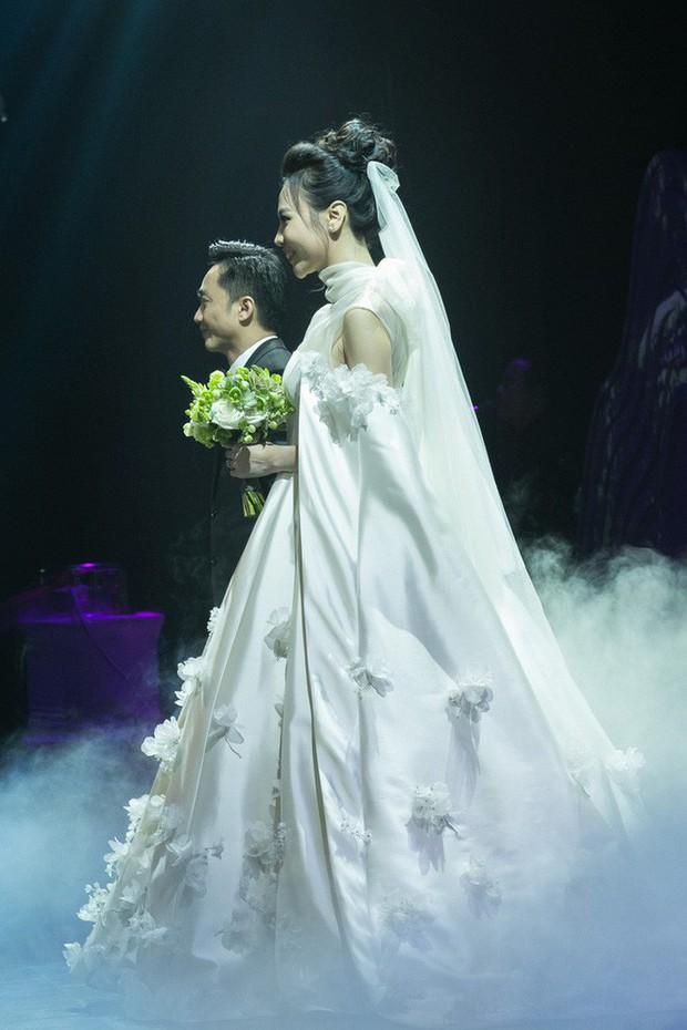"""Lộ diện 3 chiếc váy cưới của Đàm Thu Trang, váy """"chính thê"""" kín đáo đến bất ngờ - Ảnh 1."""
