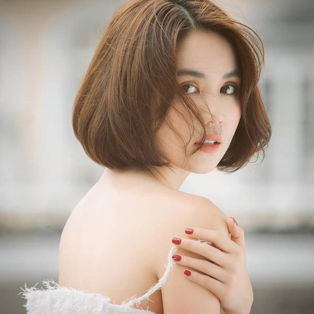 Để tóc bob sấy phồng, Ngọc Trinh tự khuyến mại cho mình vài tuổi và hao hụt không ít độ sành điệu - Ảnh 1.