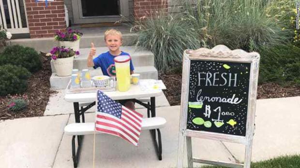 Giữ lời hứa thay bố chăm sóc mẹ, cậu bé 6 tuổi mở quán nước chanh trước cửa nhà và cái kết khiến mọi người rưng rưng xúc động - Ảnh 1.