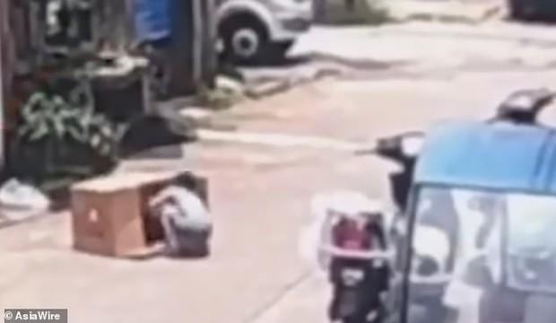 Để con gái 5 tuổi chui vào thùng carton chơi ngay giữa đường, chỉ trong nháy mắt bố mẹ đã hoảng loạn kêu cứu vì tai nạn hy hữu - Ảnh 2.