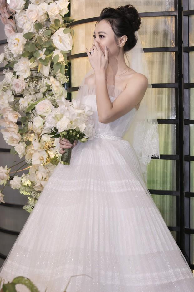 """Lộ diện 3 chiếc váy cưới của Đàm Thu Trang, váy """"chính thê"""" kín đáo đến bất ngờ - Ảnh 12."""