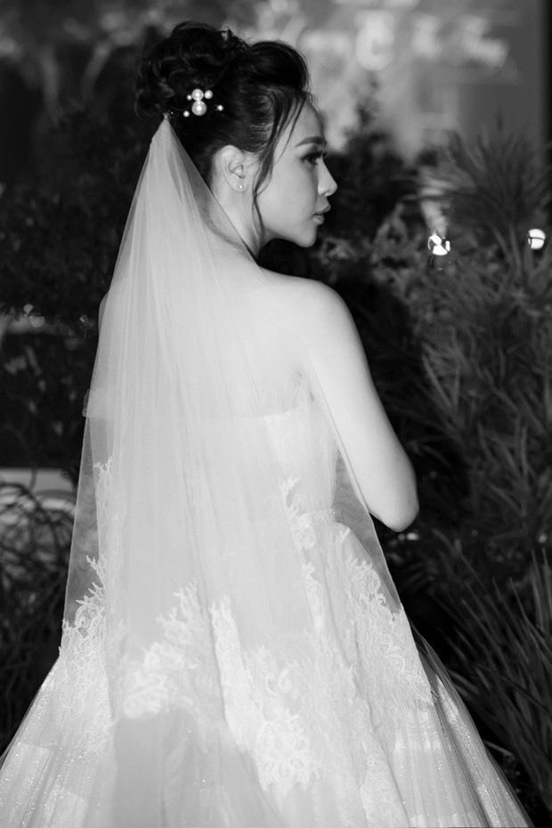 """Lộ diện 3 chiếc váy cưới của Đàm Thu Trang, váy """"chính thê"""" kín đáo đến bất ngờ - Ảnh 13."""