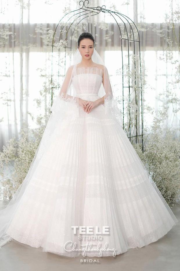 """Lộ diện 3 chiếc váy cưới của Đàm Thu Trang, váy """"chính thê"""" kín đáo đến bất ngờ - Ảnh 16."""