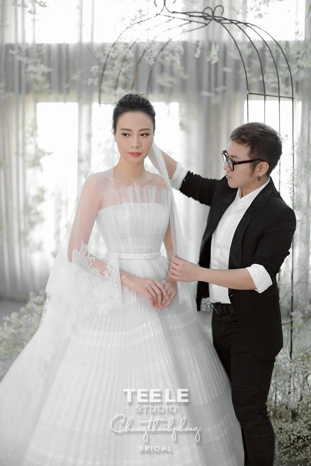 """Lộ diện 3 chiếc váy cưới của Đàm Thu Trang, váy """"chính thê"""" kín đáo đến bất ngờ - Ảnh 17."""