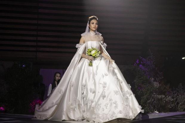 """Lộ diện 3 chiếc váy cưới của Đàm Thu Trang, váy """"chính thê"""" kín đáo đến bất ngờ - Ảnh 4."""