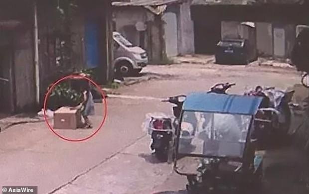 Để con gái 5 tuổi chui vào thùng carton chơi ngay giữa đường, chỉ trong nháy mắt bố mẹ đã hoảng loạn kêu cứu vì tai nạn hy hữu - Ảnh 4.