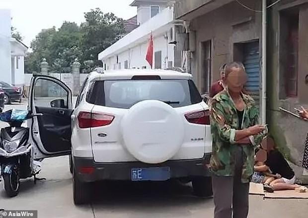 Để con gái 5 tuổi chui vào thùng carton chơi ngay giữa đường, chỉ trong nháy mắt bố mẹ đã hoảng loạn kêu cứu vì tai nạn hy hữu - Ảnh 5.