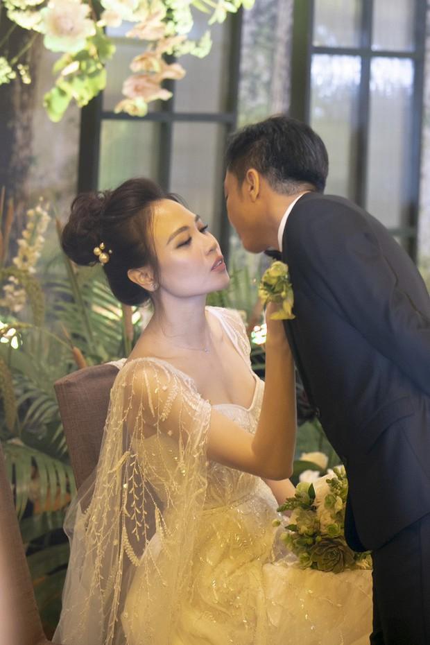 """Lộ diện 3 chiếc váy cưới của Đàm Thu Trang, váy """"chính thê"""" kín đáo đến bất ngờ - Ảnh 7."""