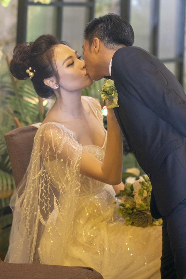 """Lộ diện 3 chiếc váy cưới của Đàm Thu Trang, váy """"chính thê"""" kín đáo đến bất ngờ - Ảnh 8."""
