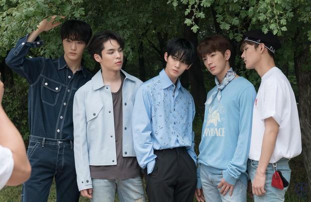 Kpop tháng 7: Thành viên EXO và Wanna One thi nhau debut, YG lặn mất tăm, JYP cho 2 gà cưng đấu đá - Ảnh 9.