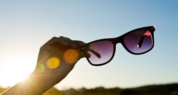 Có thể bạn chưa biết: kính mát cũng quan trọng như kem chống nắng vậy và đây là lý do vì sao - Ảnh 1.
