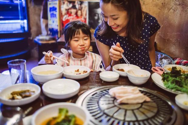 Tuy là ẩm thực châu Á và cũng dùng đũa gắp thức ăn, nhưng nguyên tắc ăn uống của người Hàn khác chúng ta rất nhiều - Ảnh 2.
