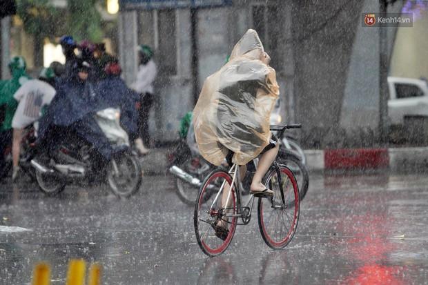 Ảnh hưởng bão số 2 khiến Hà Nội mưa trắng xoá, gió quật nghiêng người - Ảnh 16.