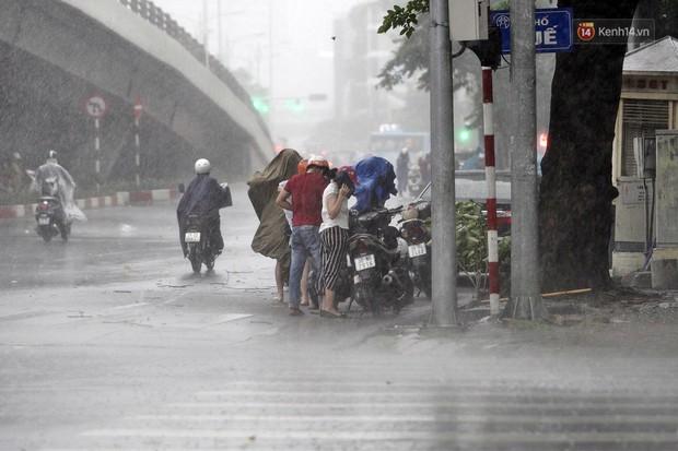 Ảnh hưởng bão số 2 khiến Hà Nội mưa trắng xoá, gió quật nghiêng người - Ảnh 13.