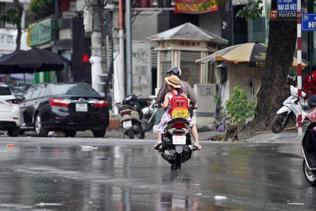Ảnh hưởng bão số 2 khiến Hà Nội mưa trắng xoá, gió quật nghiêng người - Ảnh 1.