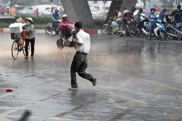 Ảnh hưởng bão số 2 khiến Hà Nội mưa trắng xoá, gió quật nghiêng người - Ảnh 19.