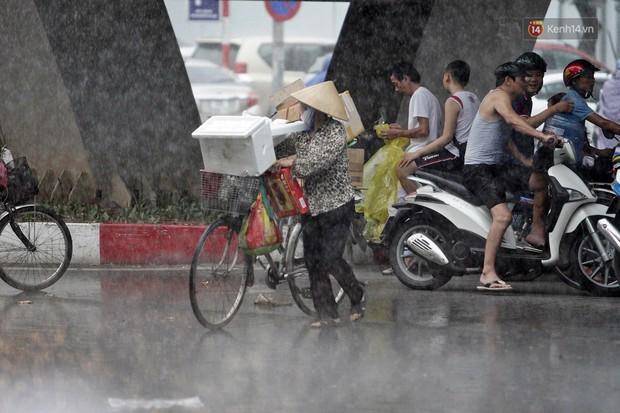 Ảnh hưởng bão số 2 khiến Hà Nội mưa trắng xoá, gió quật nghiêng người - Ảnh 15.
