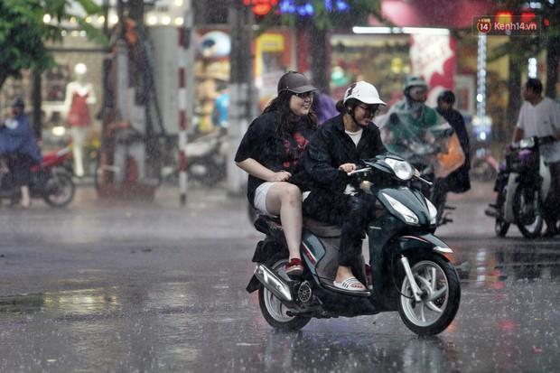 Ảnh hưởng bão số 2 khiến Hà Nội mưa trắng xoá, gió quật nghiêng người - Ảnh 17.