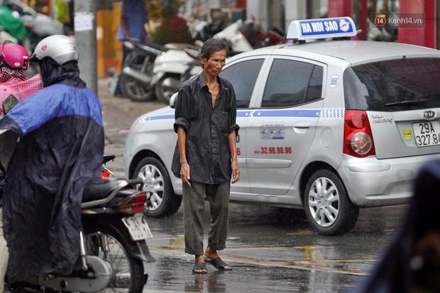 Ảnh hưởng bão số 2 khiến Hà Nội mưa trắng xoá, gió quật nghiêng người - Ảnh 6.