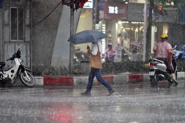 Ảnh hưởng bão số 2 khiến Hà Nội mưa trắng xoá, gió quật nghiêng người - Ảnh 18.