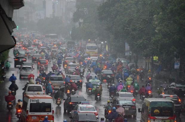Ảnh hưởng bão số 2 khiến Hà Nội mưa trắng xoá, gió quật nghiêng người - Ảnh 12.