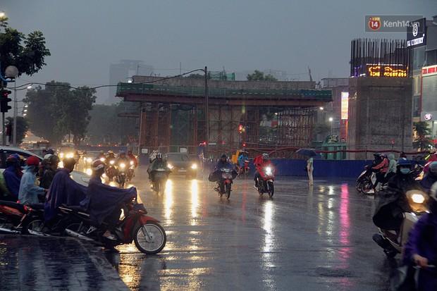 Ảnh hưởng bão số 2 khiến Hà Nội mưa trắng xoá, gió quật nghiêng người - Ảnh 20.