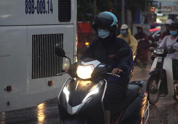 Ảnh hưởng bão số 2 khiến Hà Nội mưa trắng xoá, gió quật nghiêng người - Ảnh 21.