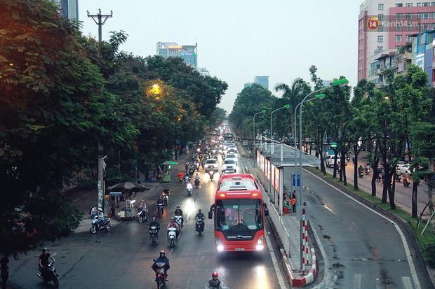 Ảnh hưởng bão số 2 khiến Hà Nội mưa trắng xoá, gió quật nghiêng người - Ảnh 22.