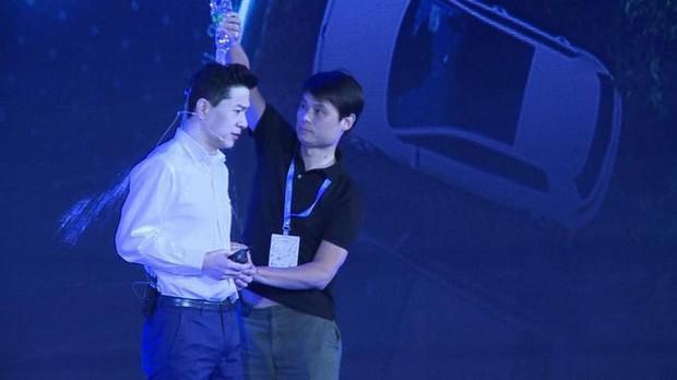 CEO của Google Trung Quốc bị đổ cả chai nước lên đầu ngay trên sân khấu sự kiện - Ảnh 2.
