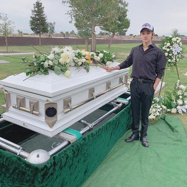 Kim Samuel không kìm được nước mắt bên mộ cha quá cố qua đời do bị ám sát - Ảnh 3.