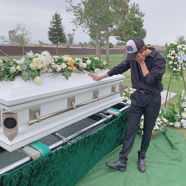 Kim Samuel không kìm được nước mắt bên mộ cha quá cố qua đời do bị ám sát - Ảnh 2.