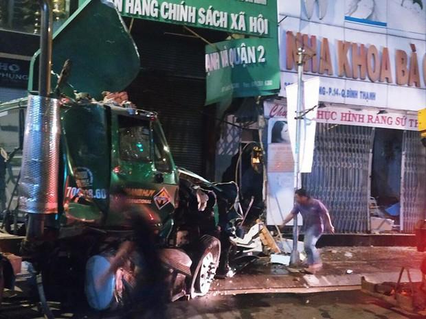TP.HCM: Xe container lao vào ngân hàng rồi tông sập nhà dân có nhiều người đang ngủ - Ảnh 1.