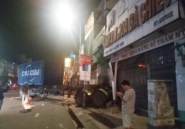 TP.HCM: Xe container lao vào ngân hàng rồi tông sập nhà dân có nhiều người đang ngủ - Ảnh 2.