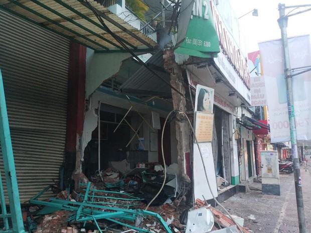 TP.HCM: Xe container lao vào ngân hàng rồi tông sập nhà dân có nhiều người đang ngủ - Ảnh 3.