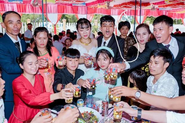 Xuất hiện gương mặt vàng trong làng chụp ké ở đám cưới, lầy lội thập thò sau lưng cô dâu chú rể không sót tấm nào - Ảnh 2.
