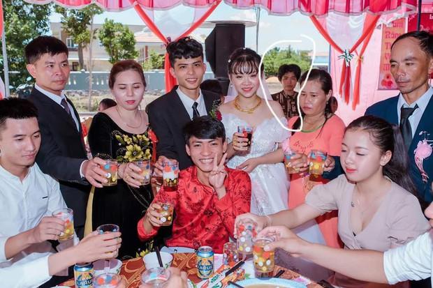 Xuất hiện gương mặt vàng trong làng chụp ké ở đám cưới, lầy lội thập thò sau lưng cô dâu chú rể không sót tấm nào - Ảnh 5.